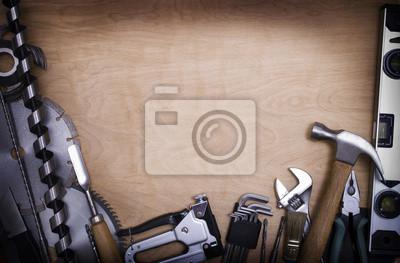 Tools auf einem hölzernen Hintergrund