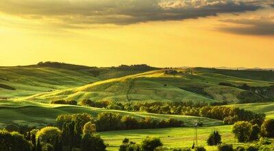 Fototapete Toskana Frühling, sanfte Hügel auf Sonnenuntergang. Landschaft im ländlichen Raum. Grün