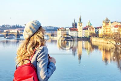 Fototapete Touristisches Mädchen, das Prag, Czeh-Republik diceovering ist. Charles Bridge Blick auf den Hintergrund. Schönheit Stadt Scape