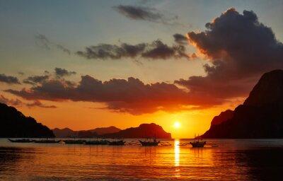 Fototapete Traditionelle filippino Boote in El Nido Bucht im Sonnenuntergang Lichter.