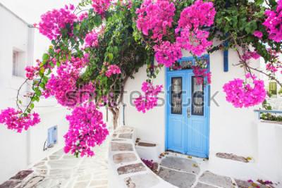 Fototapete Traditionelles griechisches Haus mit Blumen in Paros-Insel, Griechenland