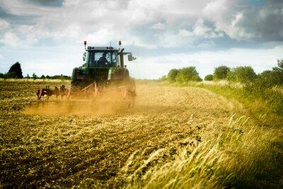 Fototapete Traktor pflügt Feld