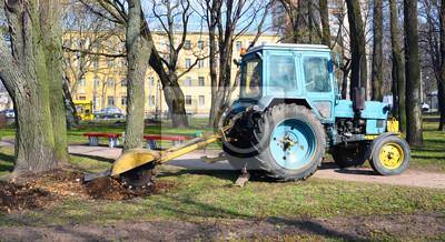 Traktor Wurzeln Aus Einem Stummel In Den Gärten Fototapete