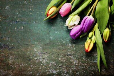Fototapete Tulpen auf einem hölzernen Hintergrund
