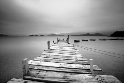 Fototapete Über ein Pier und Boote, schwarz und weiß
