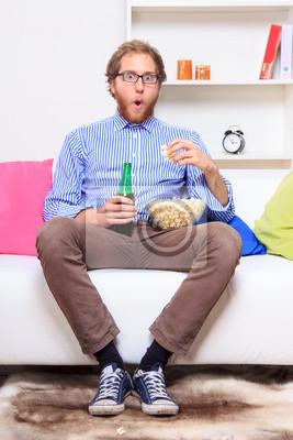 Überrascht Mann vor dem Fernseher Wirh Popcorn und Bier