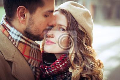 Umarmungen Lacheln Und Liebe Schones Romantisches Paar