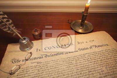 Unabhängigkeitserklärung mit Brille, Feder und Kerze