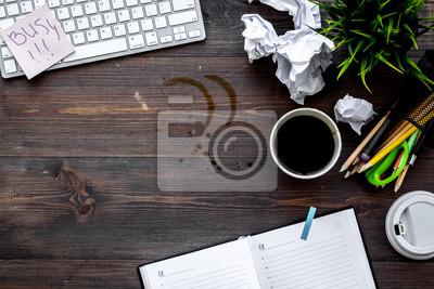 Unordnung Im Buro Schreibtisch Mit Zerknittertem Papier Und