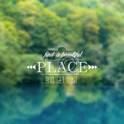 Unscharfen Hintergrund mit Waldlandschaft und typografischen Label
