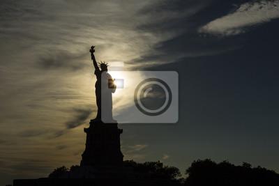 USA, New York, New York City, Silhouette der Freiheitsstatue bei Sonnenuntergang