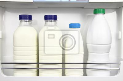 Varius Flaschen Milch in den Kühlschrank