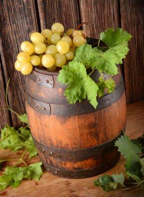 Fototapete vecchia botte di vino con grappolo di uva