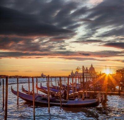 Fototapete Venedig mit Gondeln gegen bunten Sonnenuntergang in Italien