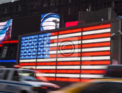 Verkehr am Times Square vor der amerikanischen Flagge