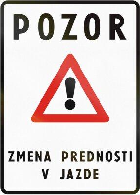 Verkehrsschild in der Slowakei verwendet - Der Text bedeutet: Achtung - Geänderte Vorfahrt