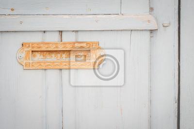 Vieille boîte à lettres sur une porte en bois