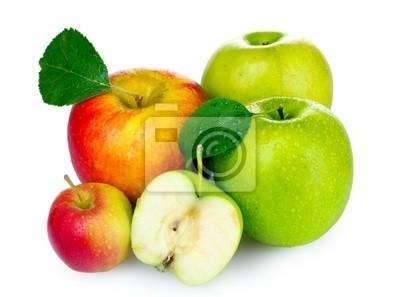 Viele frische reife Äpfel isoliert auf weiß