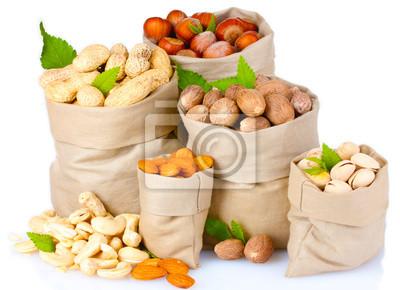 Vielzahl der Nüsse in Säcken auf weiß isoliert