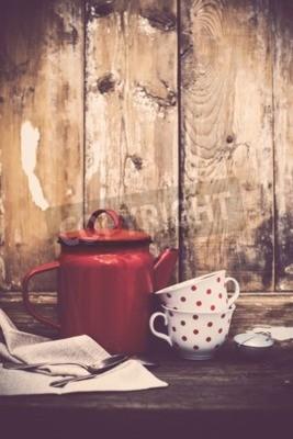 Fototapete Vintage Küche Dekor, rote Emaille Kaffeekanne und Tassen mit Tupfen auf einem alten Holzbrett Hintergrund mit Kopie Raum. Rustikale Wohnkultur.