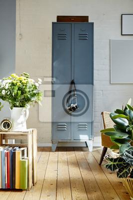 https://img.myloview.de/fototapeten/vintage-locker-mit-kamera-lebendige-licht-und-bunte-interieur-400-96761977.jpg