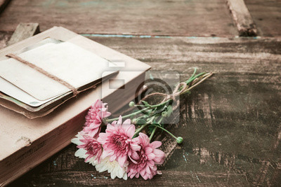 Vintage Roman Bucher Mit Blumenstrauss Auf Alten Holz Hintergrund