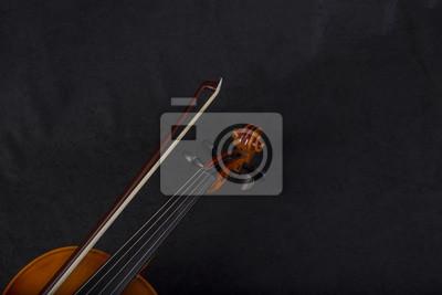 Violine Blättern und Bogen auf schwarzem Hintergrund