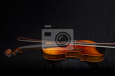 Violine und Bogen auf schwarzem Hintergrund mit Kopie Bereich