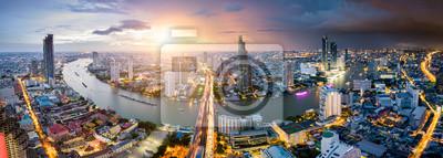 Fototapete Vogelperspektive von Bangkok-Skylinen und -wolkenkratzer mit Licht schleppt auf Sathorn-Straßenmitte des Geschäfts in Bangkok im Stadtzentrum gelegen. Panorama von Taksin-Brücke über Chao Phraya Bangk