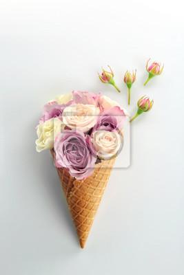 Waffelkegel mit Bouquet von schönen Rosen auf weißem Hintergrund