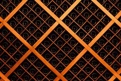 Fototapete Wand aus Weinflaschen