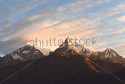 Fototapete Warmes rosa und orange Sonnenaufganglicht über Annapurna-Gebirgszug mit schönen Wolken, Ansicht von Poon-Hügel im Himalaja, Nepal