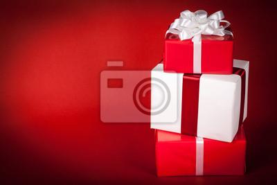 Weihnachtsgeschenke auf Rot