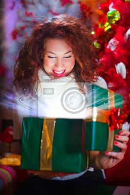 Weihnachtsgeschenkkasten mit Strahlen von Licht und Ambiente