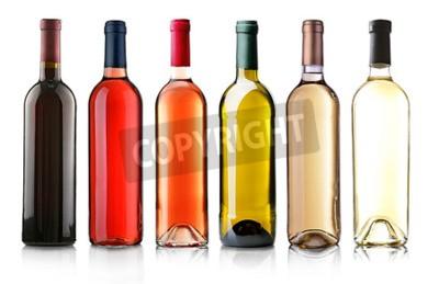 Fototapete Weinflaschen in der Zeile isoliert auf weiß