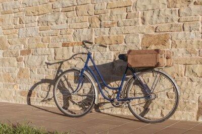 Fototapete Weinlese-Fahrrad und alten Koffer in einer Steinmauer