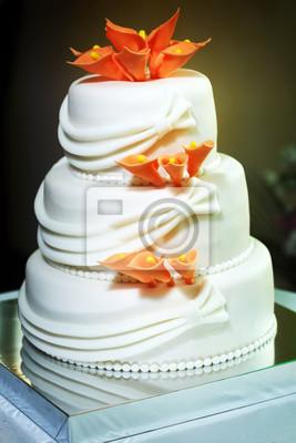 Weiss Multi Level Hochzeitstorte Mit Orange Lilien Blumenschmuck