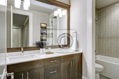 Schon Fototapete Weiß Und Braun Badezimmer Verfügt über Einen Winkel Mit Doppelten  Eitelkeit Gefüllt