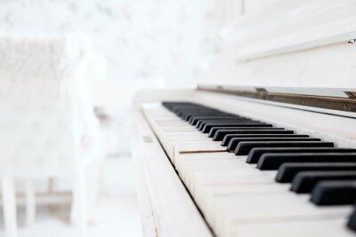 Fototapete Weiß Vintage Klavier in einem weißen Raum
