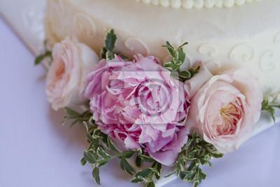 Weisse Hochzeitstorte Mit Rosa Rosen Und Pfingstrosen Elfenbein