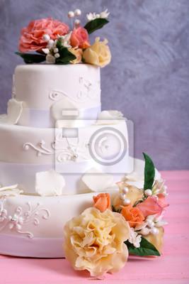 Weisse Hochzeitstorte Verziert Mit Blumen Auf Rosa Holztisch Vor