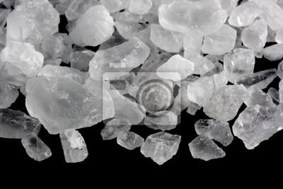 weiße Kristalle von Steinsalz für Eis machen und Kühlen