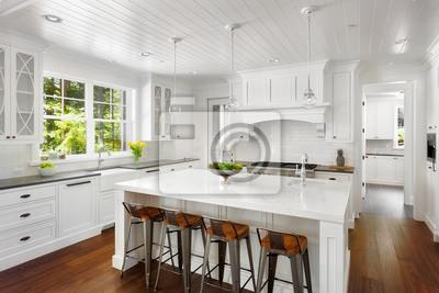 Weiße küche interieur in new luxury home mit hartholz-fußböden ...