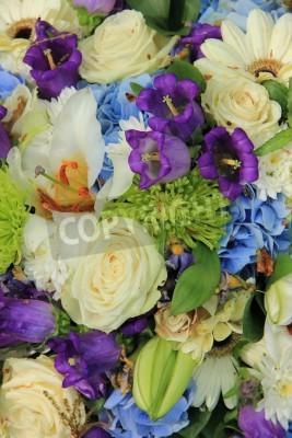 Weisse Rosen Und Blau Lila Blumen In Einer Hochzeit Blumen