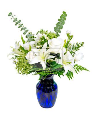 Weiße und grüne blumen-arrangement herzstück in blauer vase ...