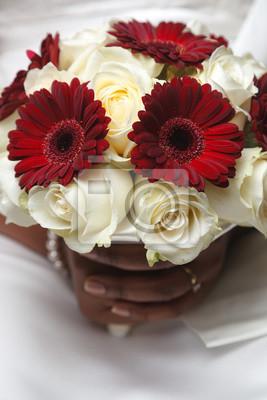 Weisse Und Rote Hochzeitsstrauss Aus Rosen Und Gerbera In Den Handen