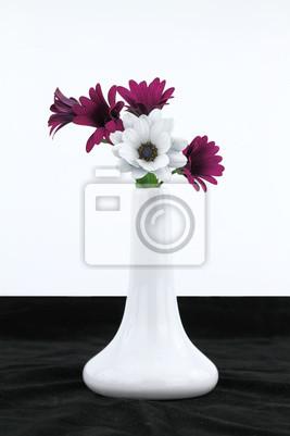 Weiße Vase mit Gänseblümchen