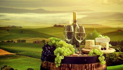 Fototapete Weißwein mit Fass auf Weinberg in Chianti, Toskana, Italien