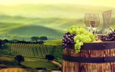 Fototapete Weißweinflasche und Weinglas auf wodden Fass. Schöne Tus