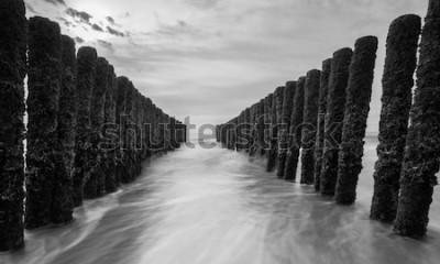 Fototapete Wellenbrecher an der Ostsee in Schwarz-Weiß-Farben